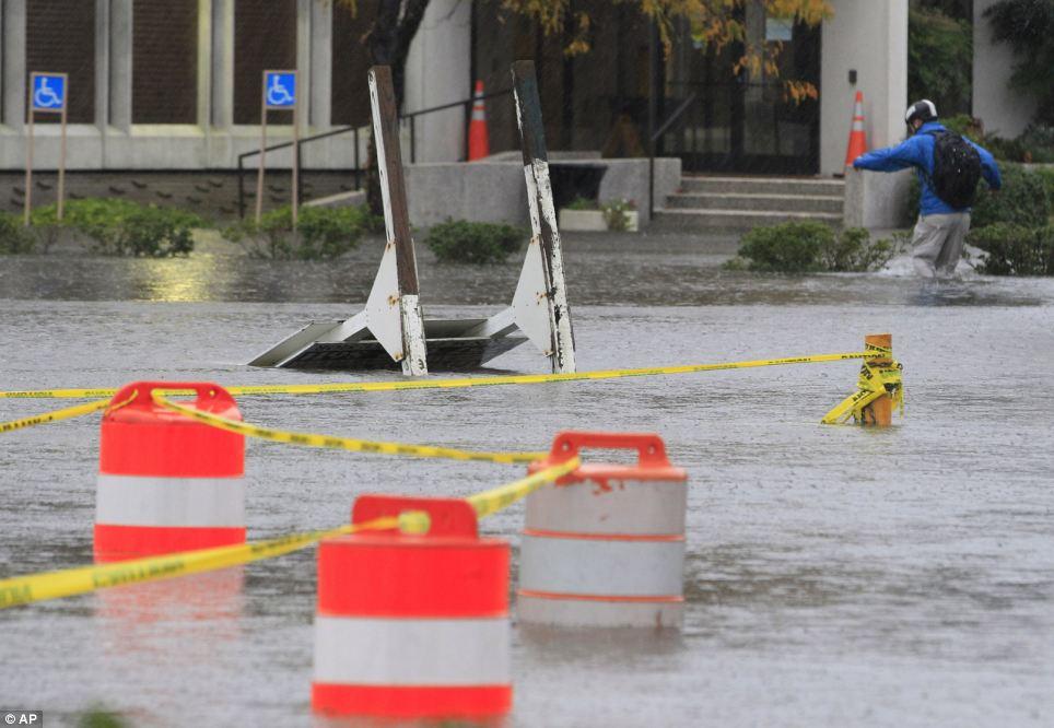 El aumento de las aguas de lluvia e inundaciones: lavar a través de Norfolk, Virginia, el lunes por la mañana como residente lucha para llegar al trabajo