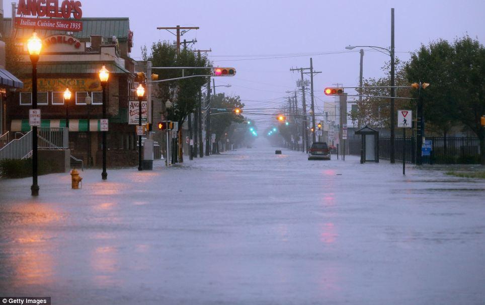 Establecer en: las inundaciones de agua de una calle en Atlantic City, Nueva Jersey antes de la llegada del huracán en las primeras horas del martes.  Alrededor de 30.000 residentes se han visto obligados a evacuar