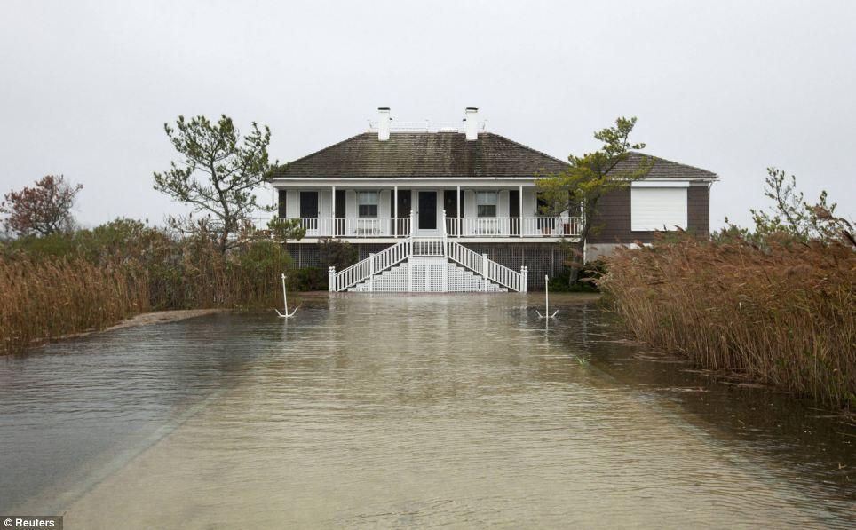Daño: Agua empujada por el huracán arena rodea una casa en Southampton, Nueva York