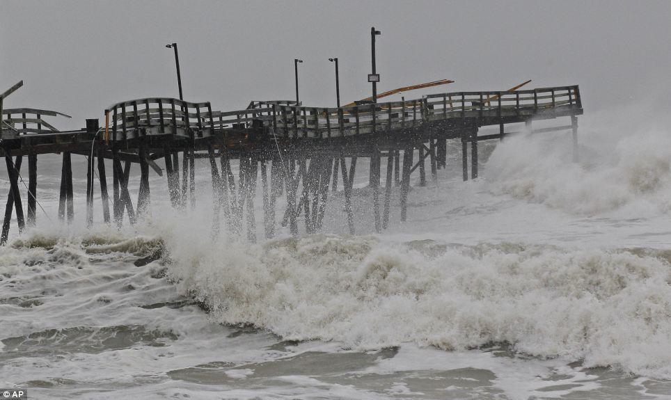 Violento: Ondas de choque del huracán de arena en la dañada Pier Avalon en Kill Devil Hills, Carolina del Norte como Sandy se agita hasta la Costa Este