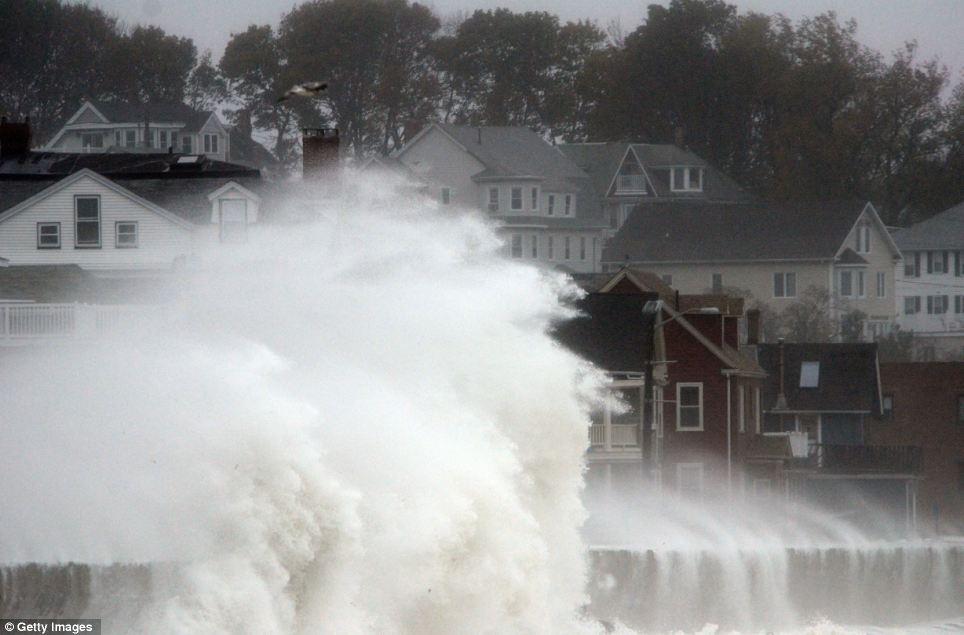 Caos: Ondas choque sobre Shore Drive Winthrop en Massachusetts como huracán de arena llega a la costa