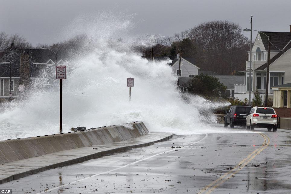 Haciendo olas: accidentes pesados de surf sobre un malecón durante las primeras etapas del huracán de arena en Kennebunk, Maine