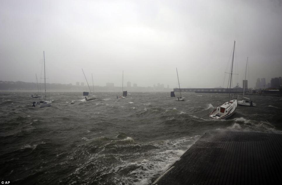 Rocky: rock Veleros en aguas picadas en un muelle a orillas del río Hudson cerca de Manhattan durante la tormenta