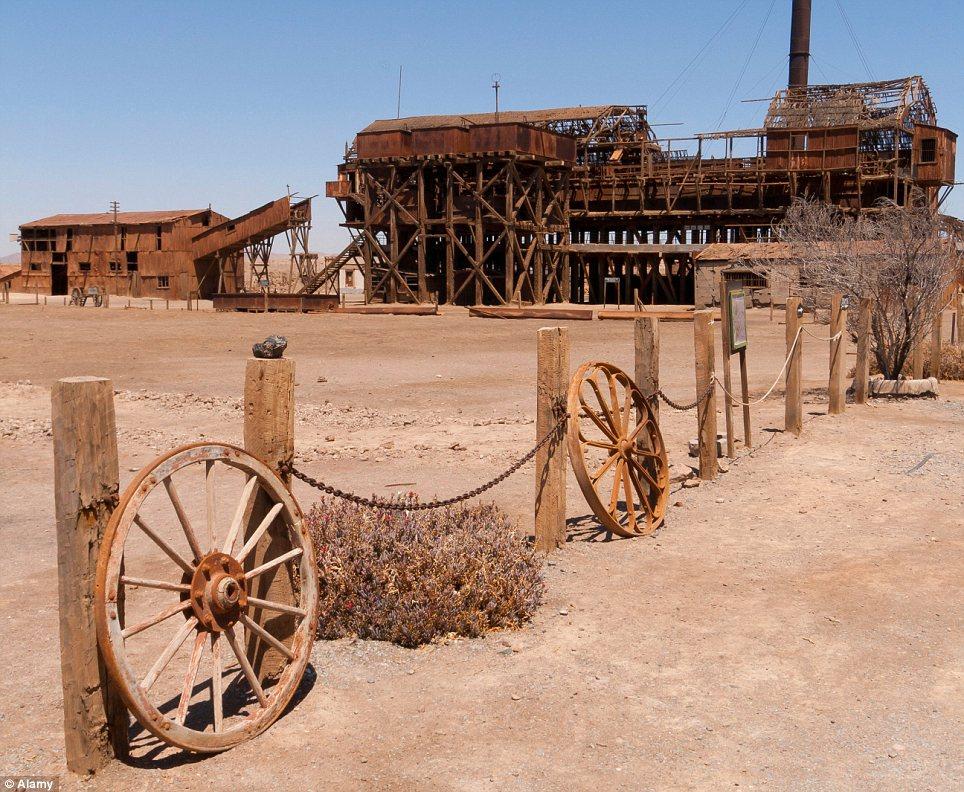 Vecinos: Una milla de Humberstone, Santa Laura, establecida en 1872, era una planta minera más pequeña con 450 familias durante los años 1920 en pleno auge