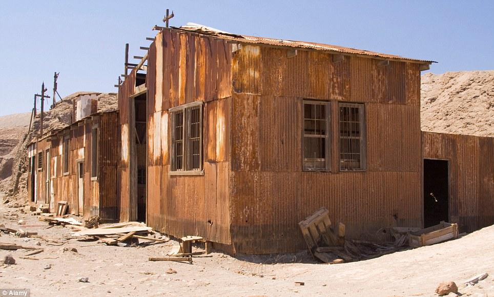 """Restos: maquinaria oxidada, edificios y un ferrocarril de vía estrecha, que se utilizaban para transportar el """"oro blanco"""" de la costa, son los únicos vestigios de una época de oro, tanto en Santa Laura y Humberstone"""