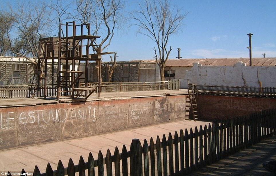 No buceo ahora: una piscina abandonada, embadurnada de graffiti, se oxida lejos en Humberstone