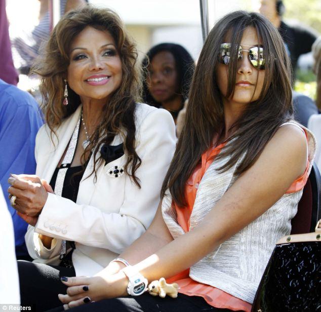 Moneygrabbing: LaToya, na foto com Paris, e seu namorado supostamente dirigia para a casa de Michael Jackson após sua morte e binbags recheadas com dinheiro