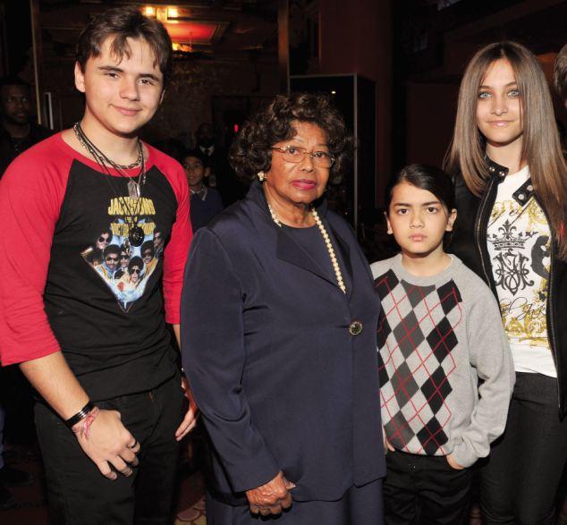 Guardian: Os três filhos de Jackson com sua avó Katherine, que tem dado o dinheiro que recebeu de seu filho a outros membros da família