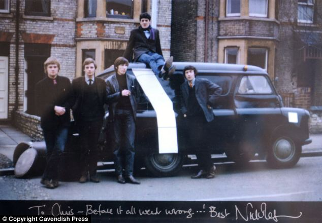Bir anı: Grubun 1966 yılında Syd tarafından çekilen fotoğraflarından biri. Soldan sağa Bob Klose, Richard Wright, Roger Waters, Chris Dennis arabanın üstünde ve Nick Mason.