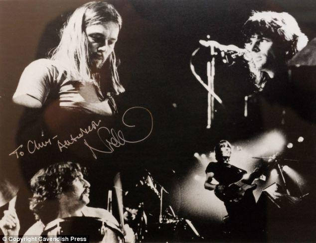 Nadir fotoğraf: Pink Floyd ününün en üst olduğu zamanlarda Nick Mason tarafından imzalanan fotoğraf. Chris Dennis tek üzüntüsünün o yıllarda birlikte fazla fotoğraf çekilmeyişi olduğunu söylüyor.
