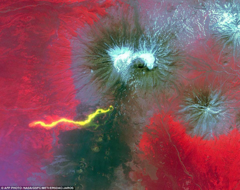 Compuesto: Esta imagen compuesta lanzado por la NASA se compone de una imagen previa a una erupción como telón de fondo, con mayores flujos de lava se muestra en gris, cubierta con una imagen posterior a la erupción, la lava caliente escogido en color amarillo brillante