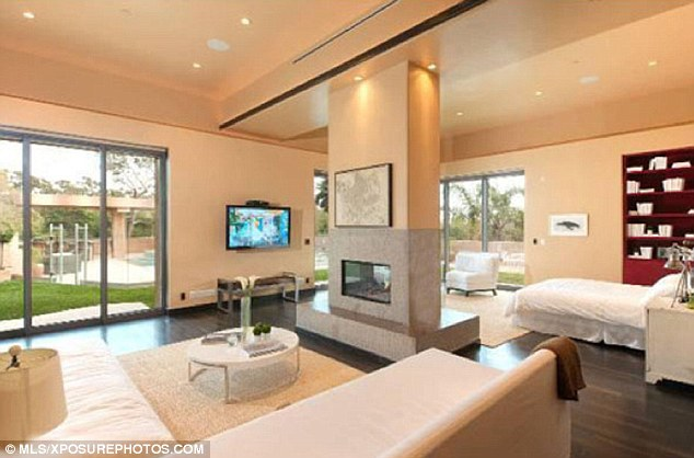 Plush: La maison est décorée avec de la crème luxueuse et textiles blancs