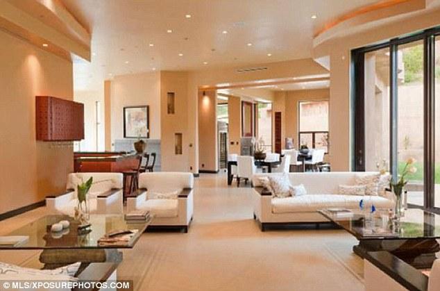 Un regard à l'intérieur: Rihanna acheté un manoir 12 millions $ à Pacific Palisades, Los Angeles l'année dernière, mais est louer pour 65 kA $ par mois, comme elle n'a pas eu le temps d'y vivre
