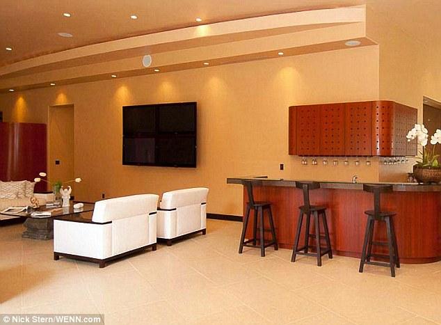 À la barre: Une autre aire de repos dispose d'espace de mur assez pour un téléviseur à écran plat gargantuesque, et plusieurs sièges au bar