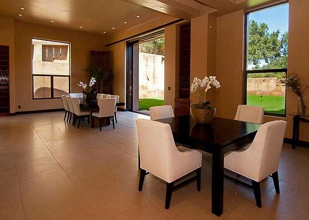 Salle pour les invités: tableaux dans une salle à manger informelle sont parfaits pour recevoir des amis