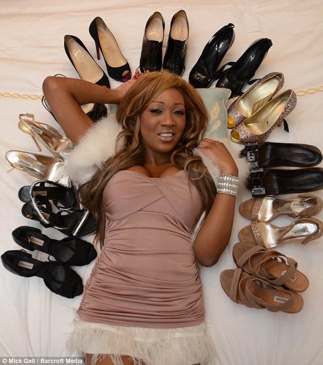 Gina, qu'on voit ici posant avec certains de ses nombreuses paires de chaussures de marque à la Maison de Savoie, admet qu'elle voit sa générosité parents comme preuve de leur amour pour elle