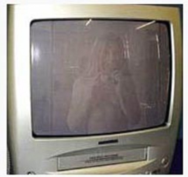 Estrella de la televisión: El vendedor de eBay se ha capturado en la pequeña pantalla al tomar una foto de una televisión que querían vender en el sitio web