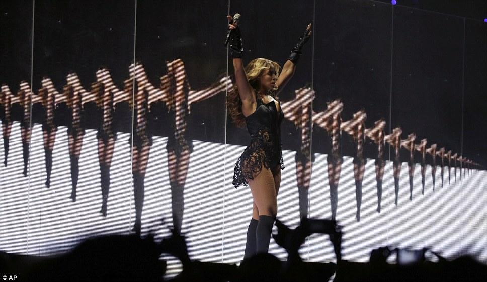 Multi-Beyonce: певица пела перед экраном звезды зеркальное ее шаги