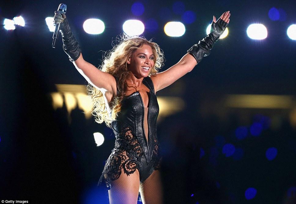 Салют Победы!  Beyonce была четко накачанный во время своего энергичного выступления на Mercedes-Benz Superdome и держал ее руки вверх, чтобы ее поклонники