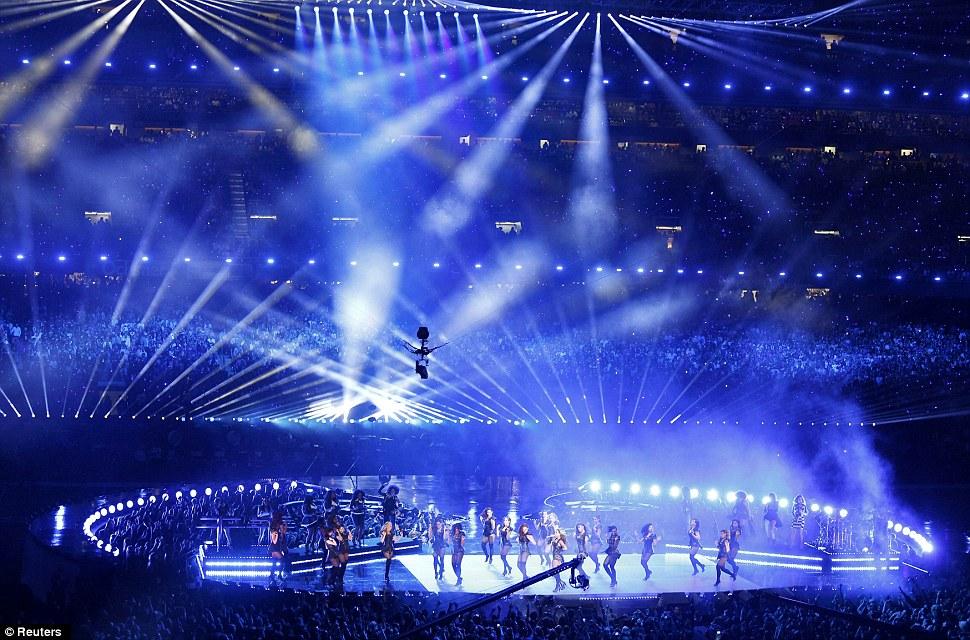 Beyonce загорается сцене во время тайм-шоу НФЛ Супер Боул XLVII игры в футбол в Новый Орлеан