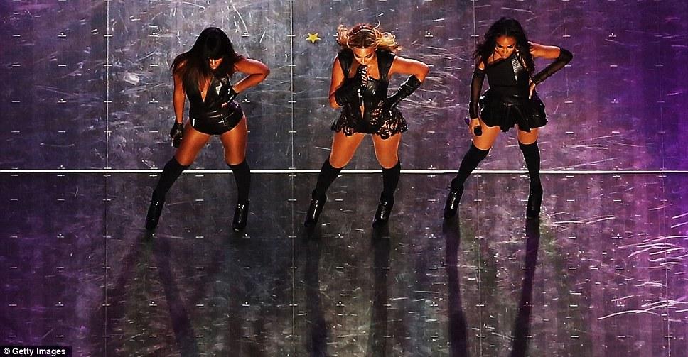 Вид сверху: энергичные шаги трио танца было видно с задних показан вид рисунка на этапе