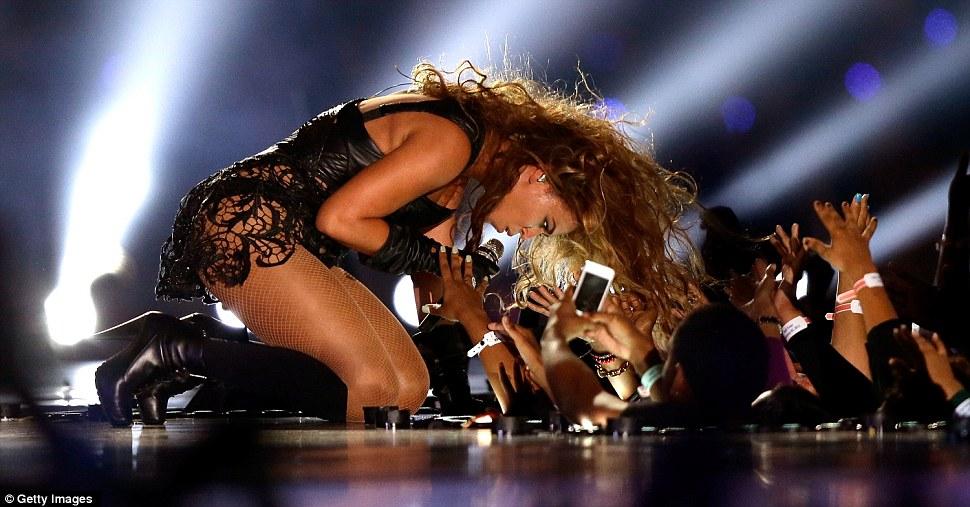В пределах их досягаемости: Смотря поклонников взял у певицы, как она исполнила свой окончательный драматический номер