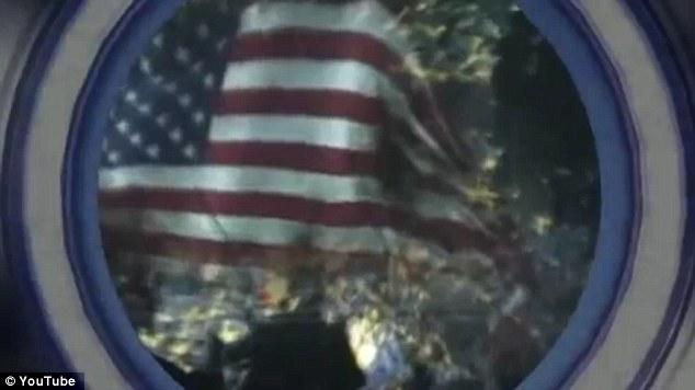 En un curso de colisión: El material cuenta con una vista de un transbordador espacial de Corea del Norte que muestra una ciudad de EE.UU. ardiente envuelto en la bandera