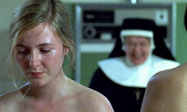 Una escena de Las hermanas de la Magdalena en el que una de las chicas se humilla delante de una monja