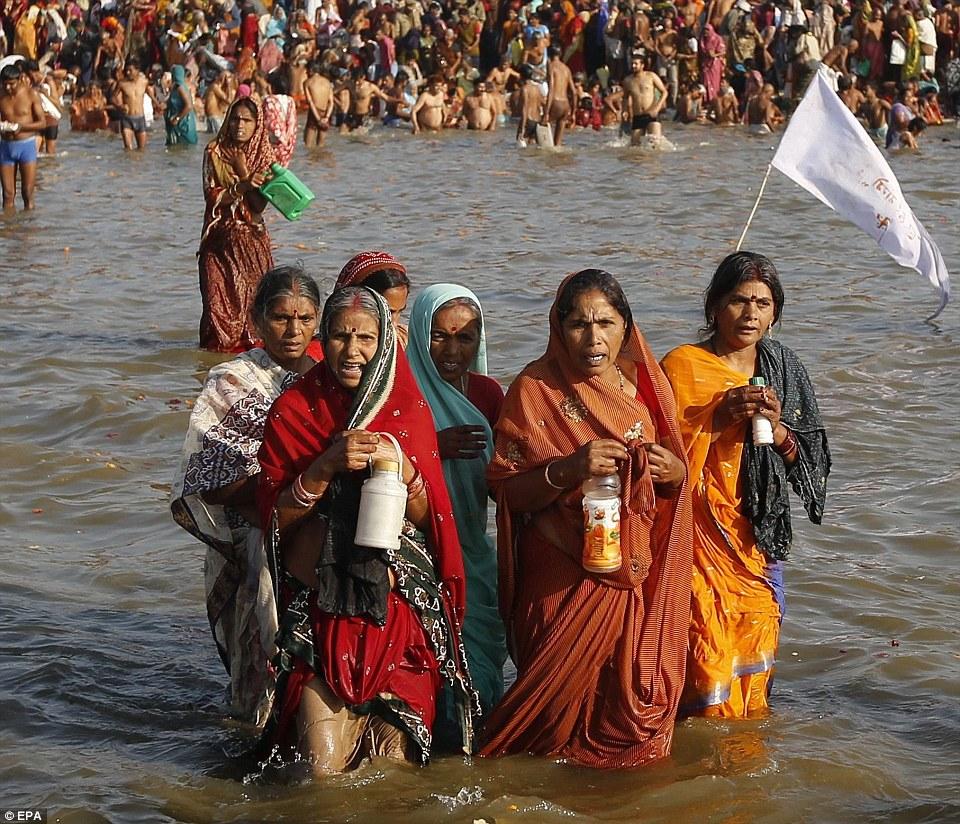 Молитвы: Эти преданные женщины купаются, как тысячи часы из берегов реки