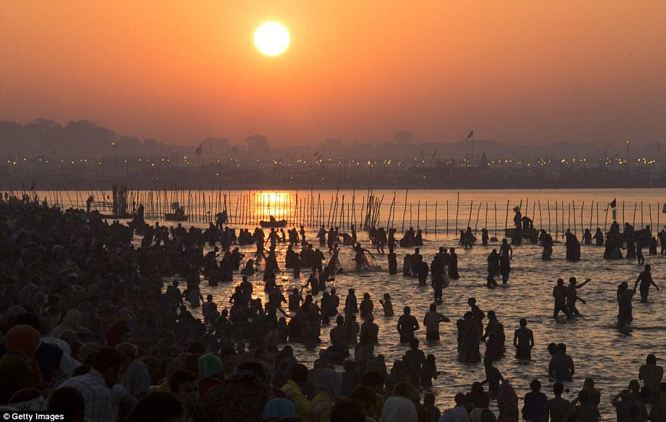 Святой: Маха Кумбха Мела, который считается крупнейшим религиозным сбор на земле, проводится каждые 12 лет на берегах Sangam