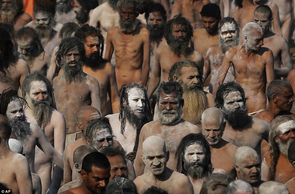 Награжден: Святые люди покрыты пеплом прогулку в процессии после купания в Sangam