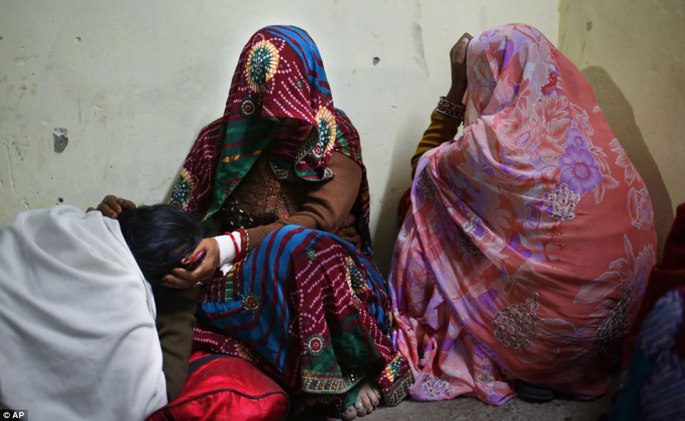 Heartbreaking: Женщины скорбим смерти членов их семей после давки на вокзале погибли по меньшей мере десять преданных индуистской