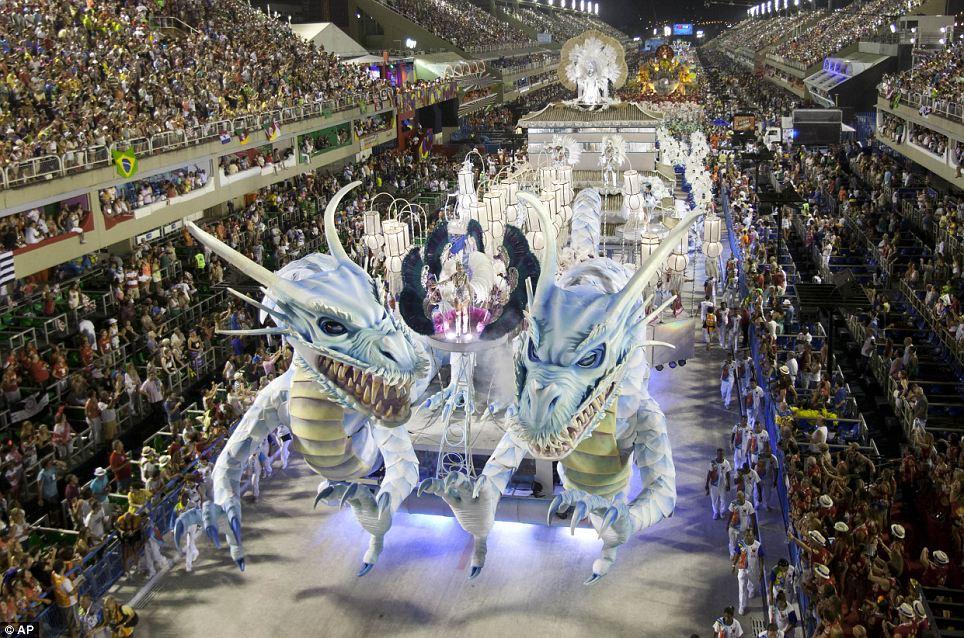 Огненный кульминации: Артисты из Inocentes де Белфорд-Рошу школы самбы парада на поплавок во время карнавала торжеств в Sambadrome