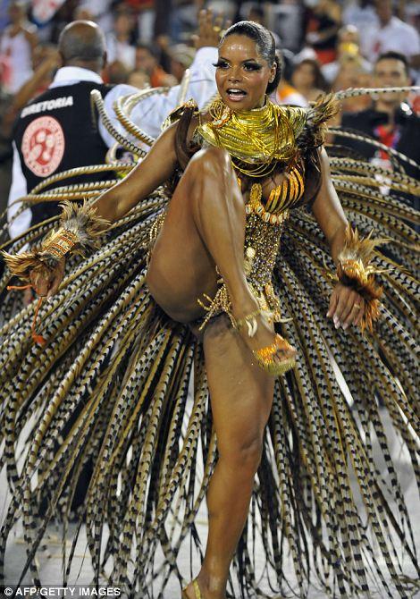 Гуляка из Academico же Salgueiro школы самбы во время выступления премьера парада карнавала в Sambadrome в Рио-де-Жанейро