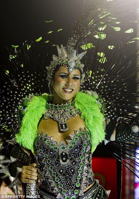 Гуляка из Mocidade Independente школы самбы во время выступления премьера парада карнавала в Sambadrome в Рио-де-Жанейро