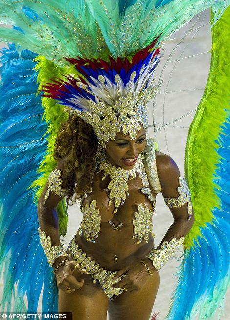 Танцовщица из Inocentes де-Belford Roxo школы самбы выполняет для толпы