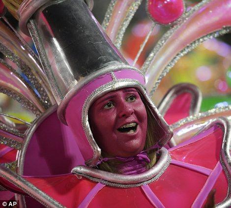 Исполнитель из Униао да Илья же Governador школы самбы парадов во время карнавала торжеств