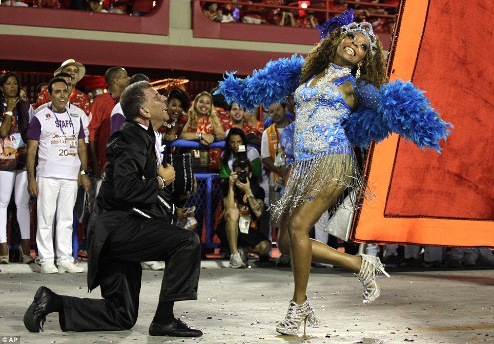 Выходи за меня замуж?  Танцовщица исповедует свою бессмертную любовь к одному из барабана девочек восторженные аплодисменты толпы