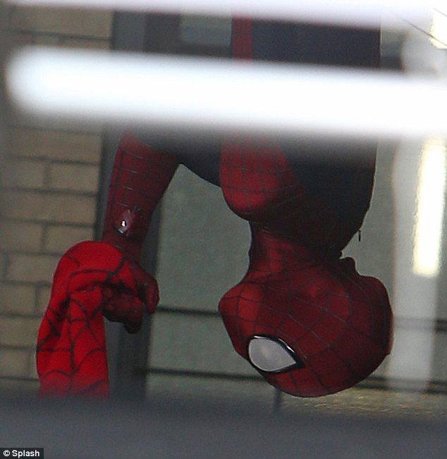 Suspenso: Andrew Garfield foi visto pendurado de cabeça para baixo durante as filmagens de The Amazing Spider-Man 2 em Nova York na segunda-feira