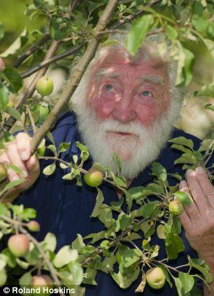 O ex-BBC botânico David Bellamy disse que ele foi considerado herético por não obedecerem à norma sobre o aquecimento global