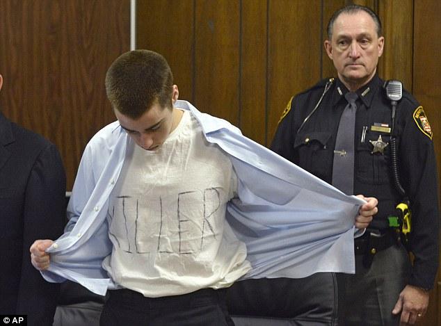 """Ofensivo: Pista TJ apareceu no tribunal para sua condenação vestindo uma camiseta branca rabiscada com """"assassino"""" a palavra"""