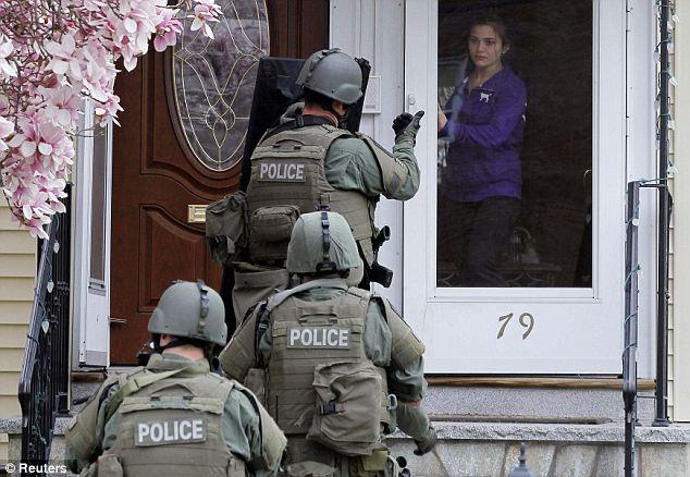 Inquiétant accueil: hommes, femmes et enfants ont été forcés de quitter leurs maisons lors des perquisitions vendredi