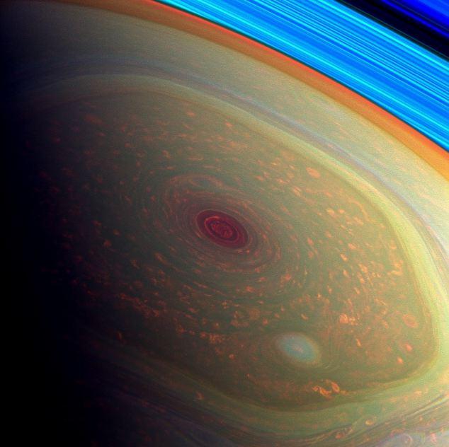 Esta inducción de vértigo, espectacular imagen, en falso color de la misión Cassini de la NASA pone de relieve las tormentas en el polo norte de Saturno.