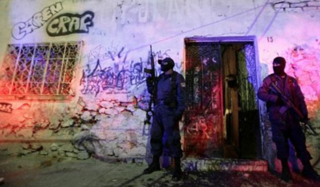 Failing: Federal police in a drugs bust in Mexico City