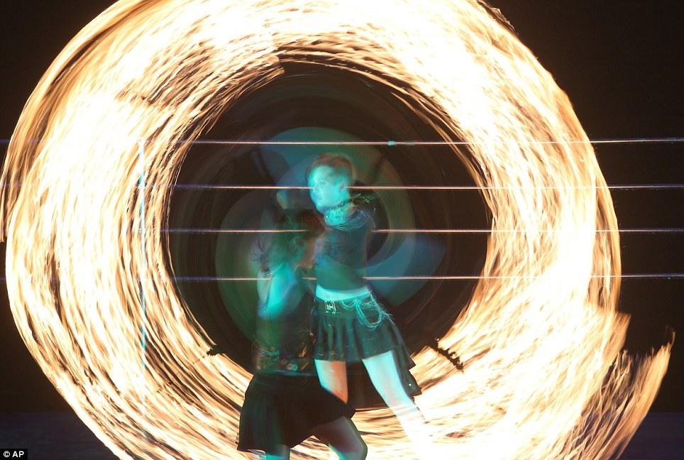 Большие огненные шары: Выставка привлекает лучших исполнителей огонь В мире