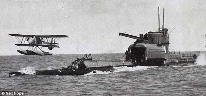 El M2 fue uno de los cuatro submarinos de la clase ¿m¿ puestas en servicio durante WW1 y tras el cese de las hostilidades fue modificado para llevar un pequeño biplaza Parnell Peto biplano. En la foto, el HMS M2 en la acción