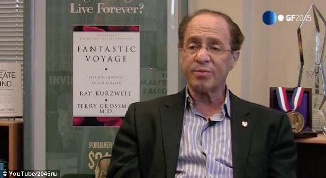 """También en la conferencia, Ray Kurzweil, en la foto, dijo que serán reemplazados """", partes biológicas frágiles"""" de cuerpos humanos con partes """"no biológicos"""" en el futuro."""