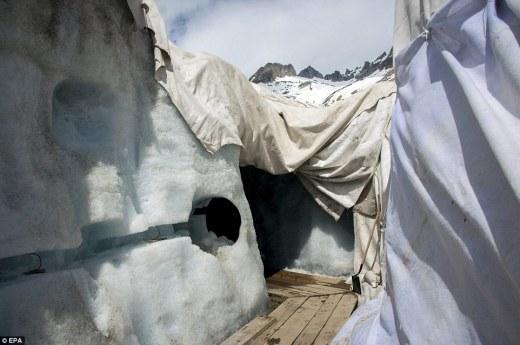 Único: Los científicos también han hecho un largo túnel en el hielo para sus propios fines de investigación, y dar a los visitantes una visión completamente única en la vida bajo el glaciar