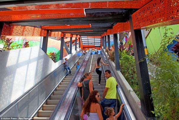 article 2381389 1B1084F8000005DC 322 964x647 La mamá de las escaleras eléctricas instalada en barrio de Colombia