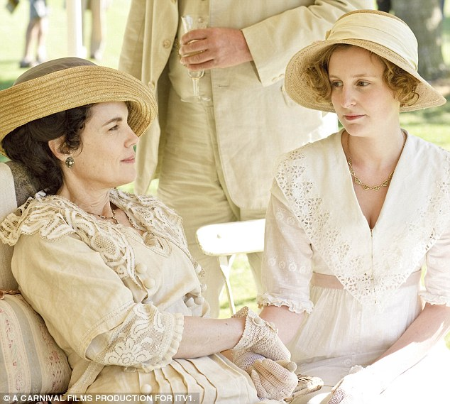 Elizabeth McGovern as Cora and Laura Carmichael as Lady Edith Crawley relax in the garden in series 1